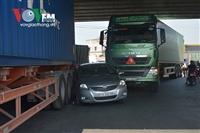 Ô tô 4 chỗ kẹt cứng giữa 2 xe container