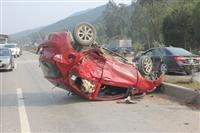 Hai ôtô nát tươm sau cú đâm liên tiếp của xe container
