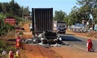 Tài xế bất lực nhìn xe container bị thiêu rụi khi đang lưu thông trên đường