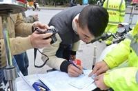 Ngày đầu xử phạt người đi bộ ở Hà Nội, người vi phạm ngỡ ngàng