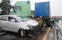7 người thoát nạn kỳ diệu khi xe Innova bị xe container kéo lê