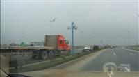 Xe container phóng ngược chiều như điên tại Hà Nội